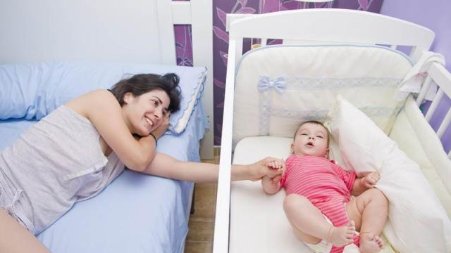 Un Coin Bébé Dans La Chambre Des Parents La Seyne Aménagement La - Amenager chambre bebe dans chambre parents
